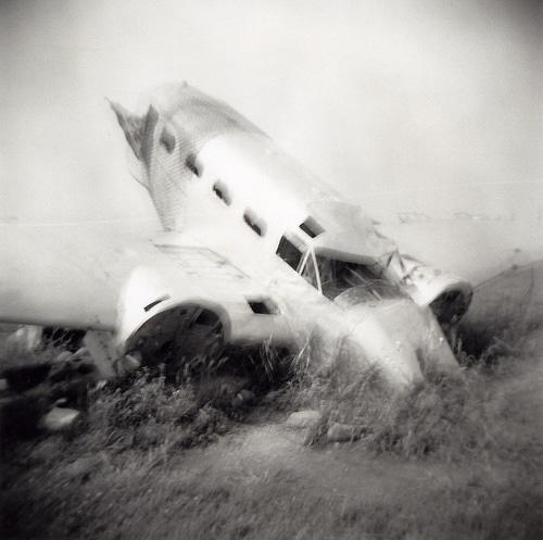 Crash d'un avion en noir et blanc