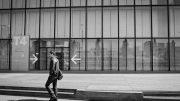 Passant devant la bibliothèque François Mitterrand à Paris