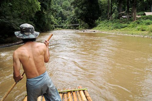 Descente de rivière sur radeau de bambous en Thailande